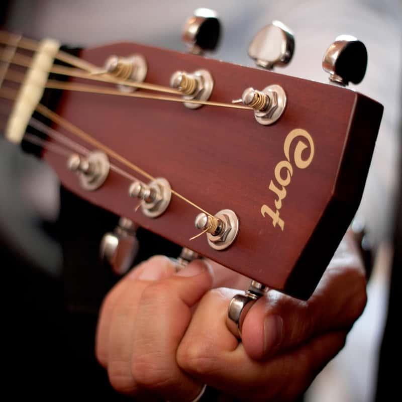 Manche de guitare en train d'être accordé